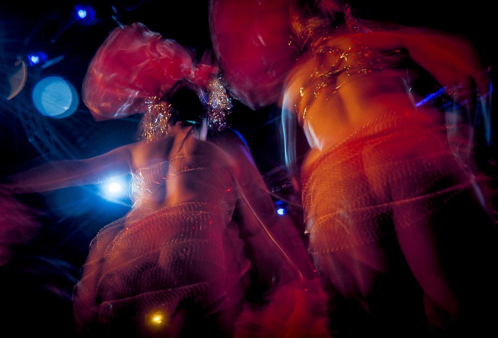 Sambadansere i fargerikt lys. Fotografi.