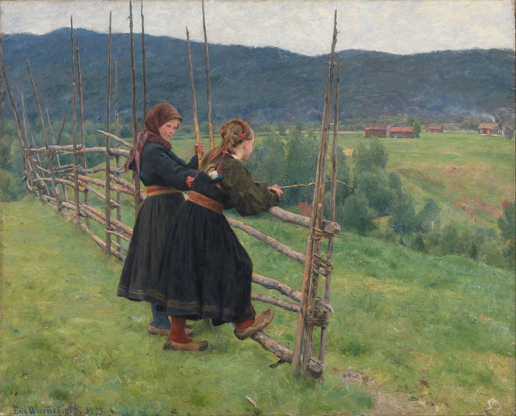 To bunadskledde jenter lener seg til et gjerde og ser ut over grønne jorder. Maleri.