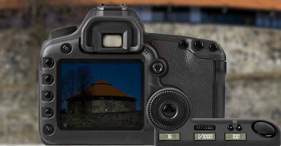 Speilreflekskamera med innstilling på blenderverdi 16, lukkertid 1/1000 sekund og ISO-verdi 100. Foto.