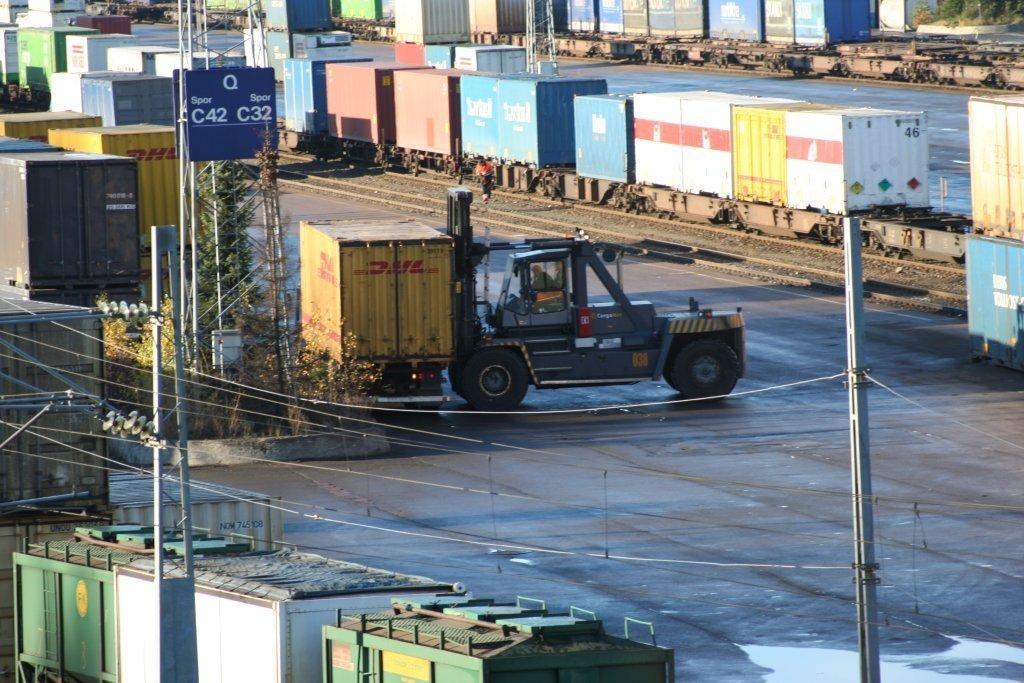 Container og truck på havnelager.foto.