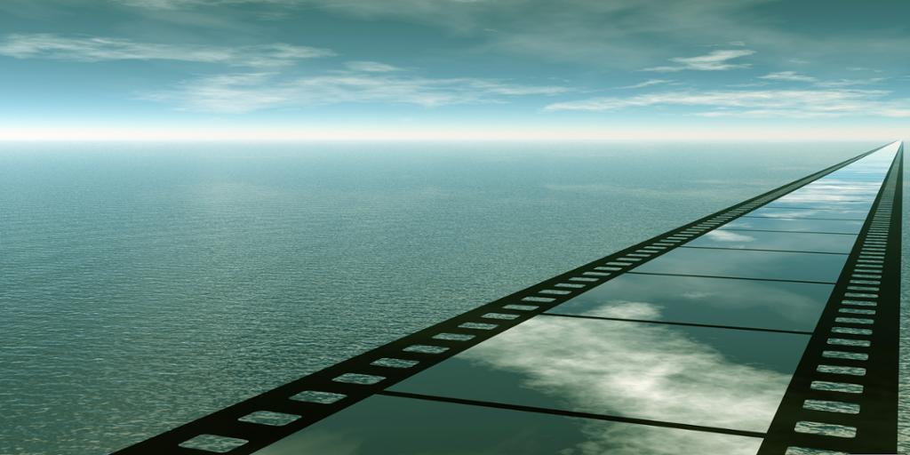 En vei formet som en filmstripe strekker seg mot horisonten. Manipulert foto.