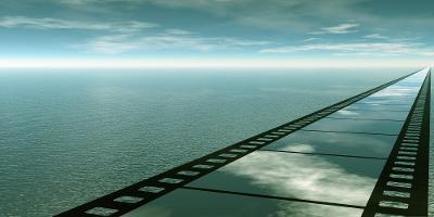 Ein veg forma som ei filmstripe strekkjer seg mot horisonten. Manipulert foto.