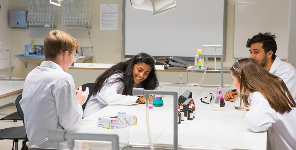 Elever gjør forsøk på laboraoriet. Foto.