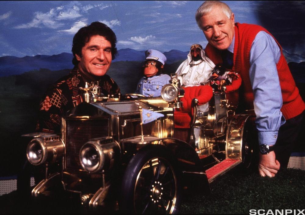 Kjell Aukrust og Ivo Caprino med racerbilden som ble brukt i filmen Flåklypa Grand pris. foto.