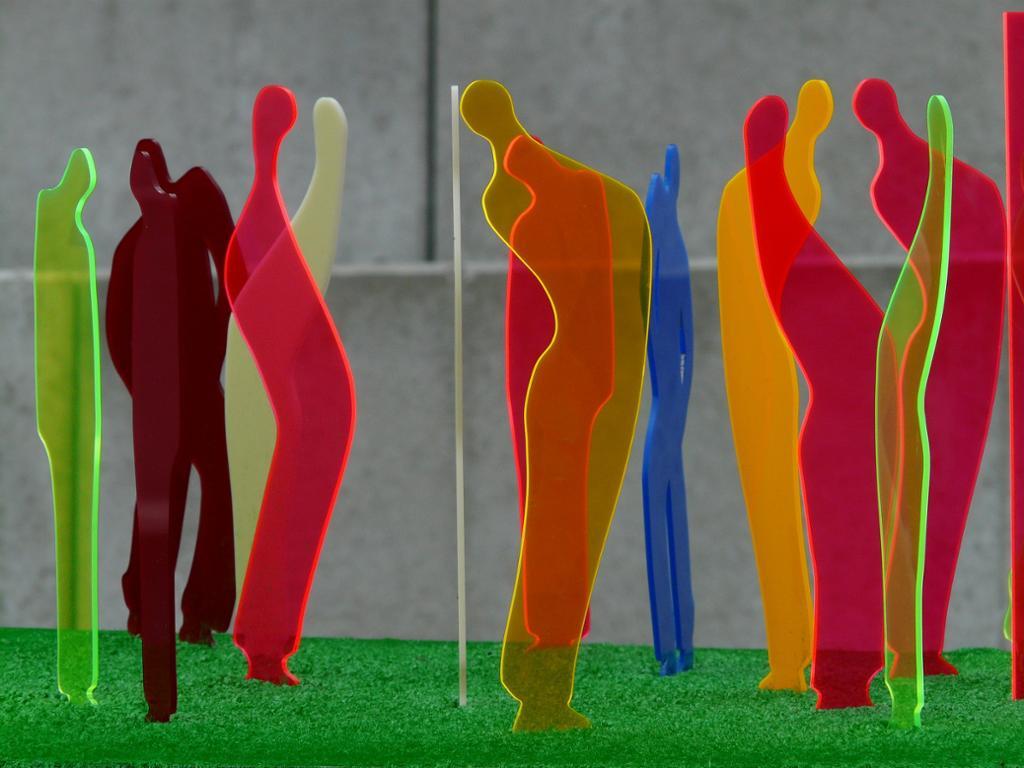 Fluoriserende plastfigurer i flere farger. Foto.