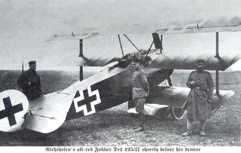 Den tyske piloten Manfred von Richtofen, kjent som Den røde baron, poserer med sitt fly, ca 1917. Foto.