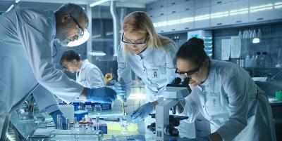 Forskere jobber i moderne laboratorium. Foto.