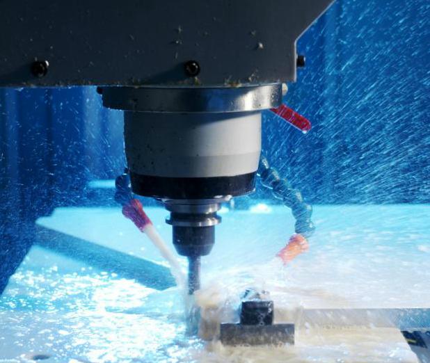 Skjærevæske pumpes over kutteområdet på en fresemaskin. Foto.