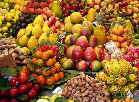 Flott og fargerik utstilling av svært mange typer frukt.