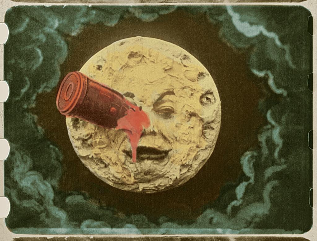 Månen har fått noe i øyet som ser ut som en colaboks. Filmbilde.