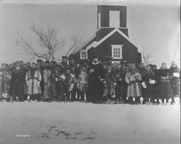Gruppe med samer i pesk utenfor Kautokeino kirke. Foto.