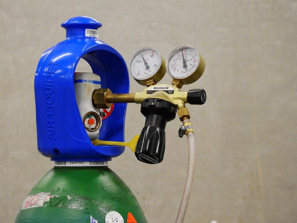 Gassflaske med trykkventil og trykkmålere.foto.