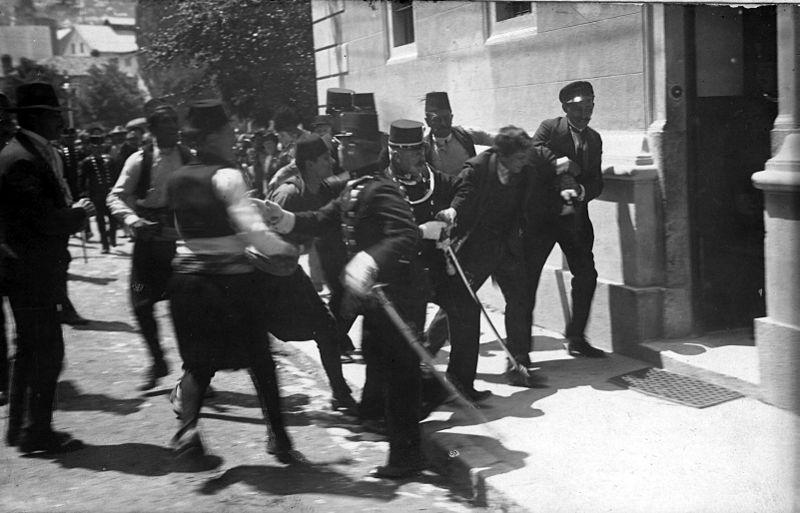 Pågripelse av Gavrilo Princip, som var antatt å stå bak attentatet på Franz Ferdinand. Foto.
