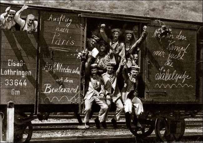 Tyske soldater i en jernbanevogn på vei til fronten i 1914. Foto.