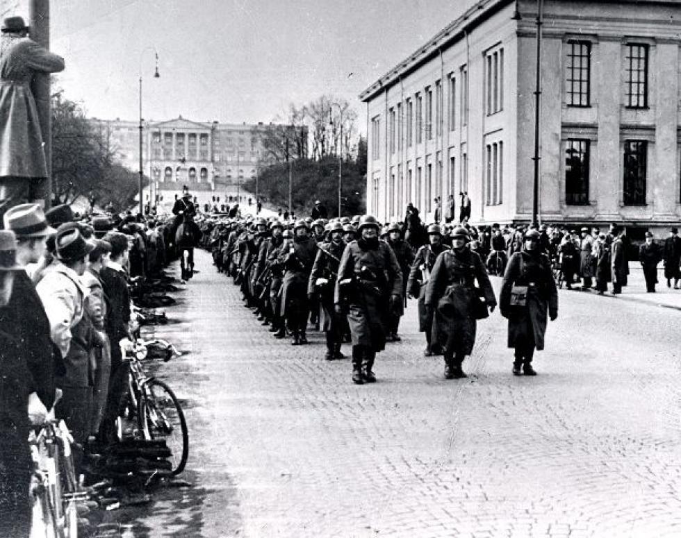 Tyske soldater marsjerer nedover Karl Johans gate i Oslo 9. april 1940.