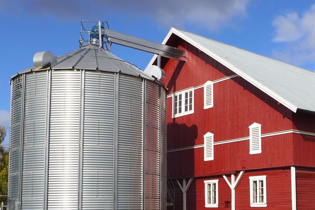 Driftsbygning med silo. Foto.