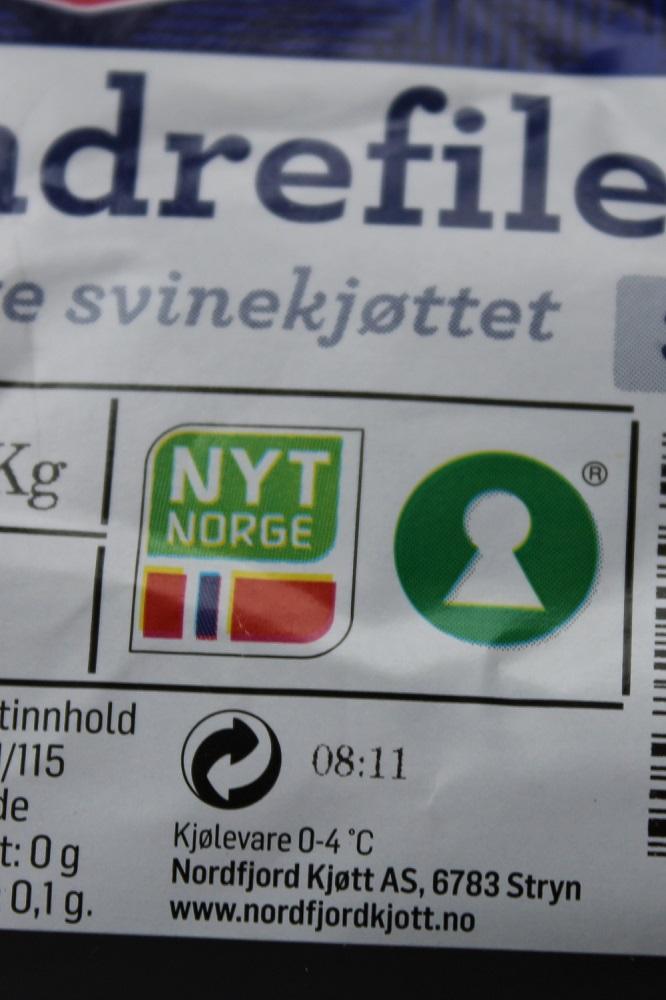 Godt Norsk-merke og økologisk merke på ein svineindrefilet. Foto.