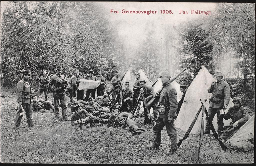 Postkort med motiv av norske soldater på den grensa til Sverige i 1905. Foto.
