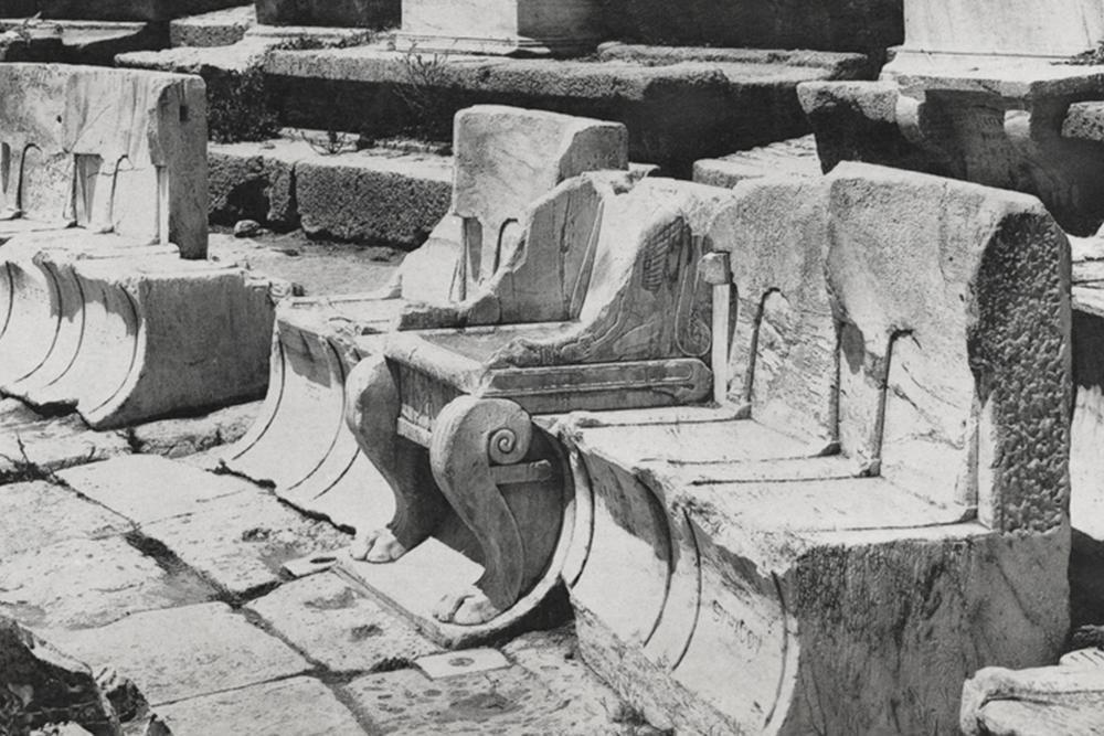 Foto av stoler i stein.