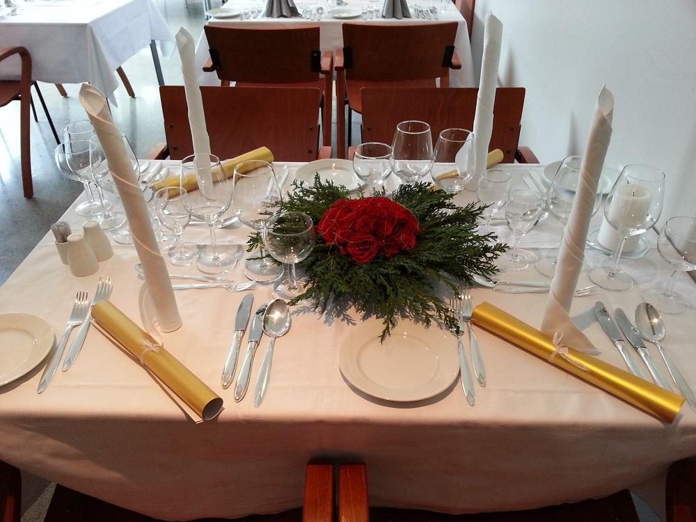 Et bord som er oppdekket til gullbryllup. Foto.
