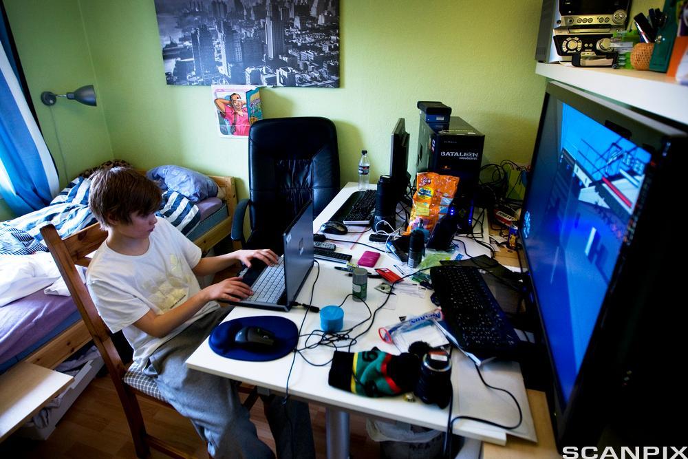 Gutt spiller dataspill. Foto.