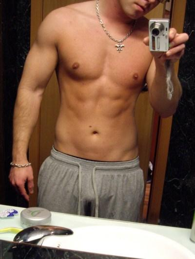 Bilde av en gutt som har fotografert overkroppen sin i et speil.