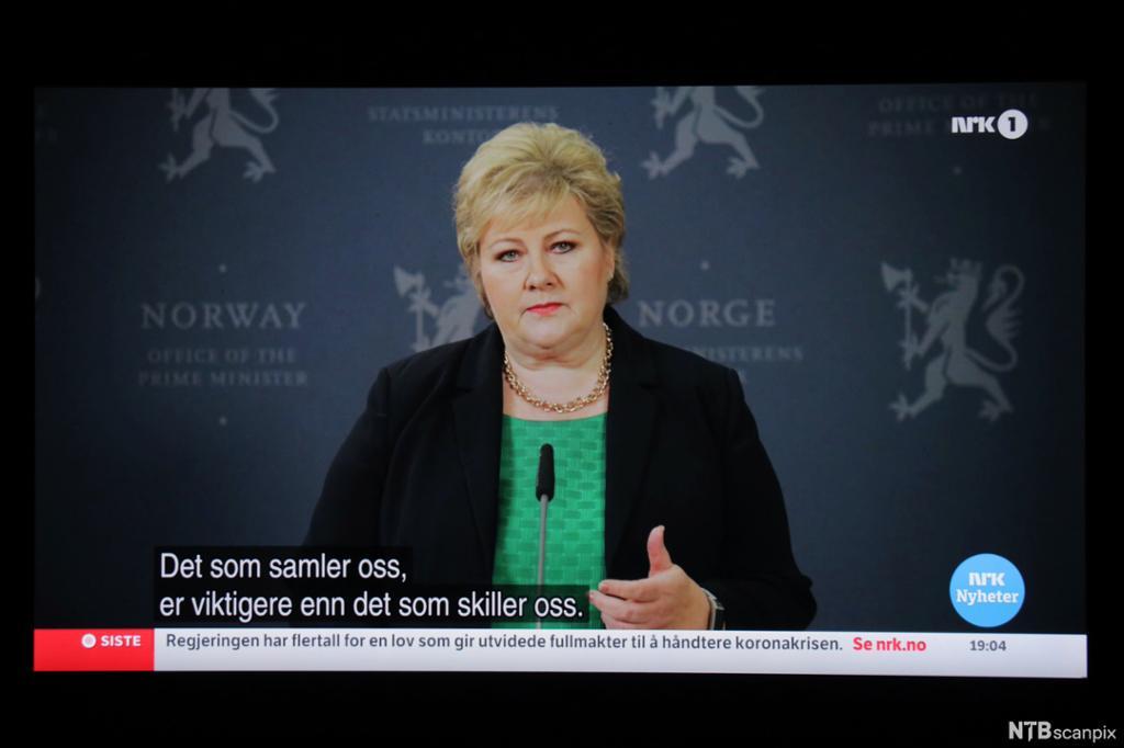 Bilde av TV-skjerm der en dame sier at det som samler oss er viktigere enn det som skiller oss. Foto.