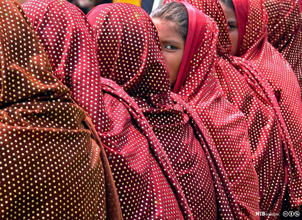 Indiske muslimske jenter i røde sjal. Foto.
