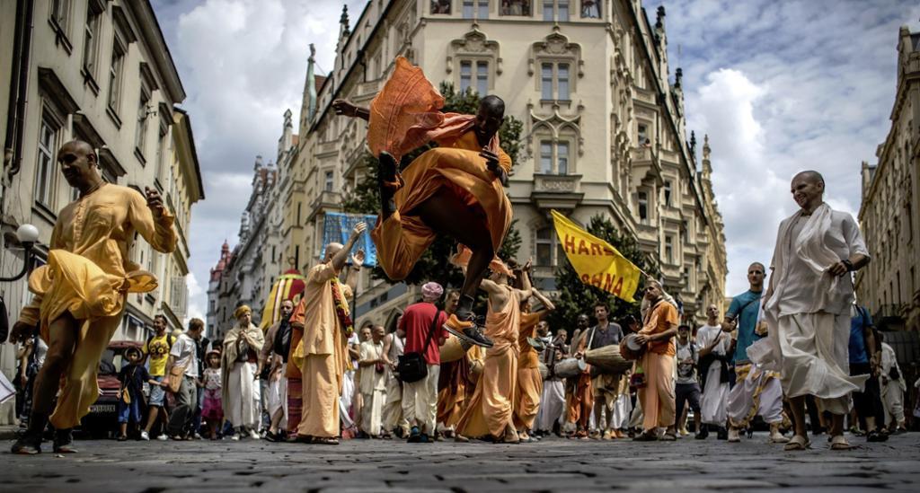 Krishna-tilhengere danser og synger i Prahas gater. Foto.
