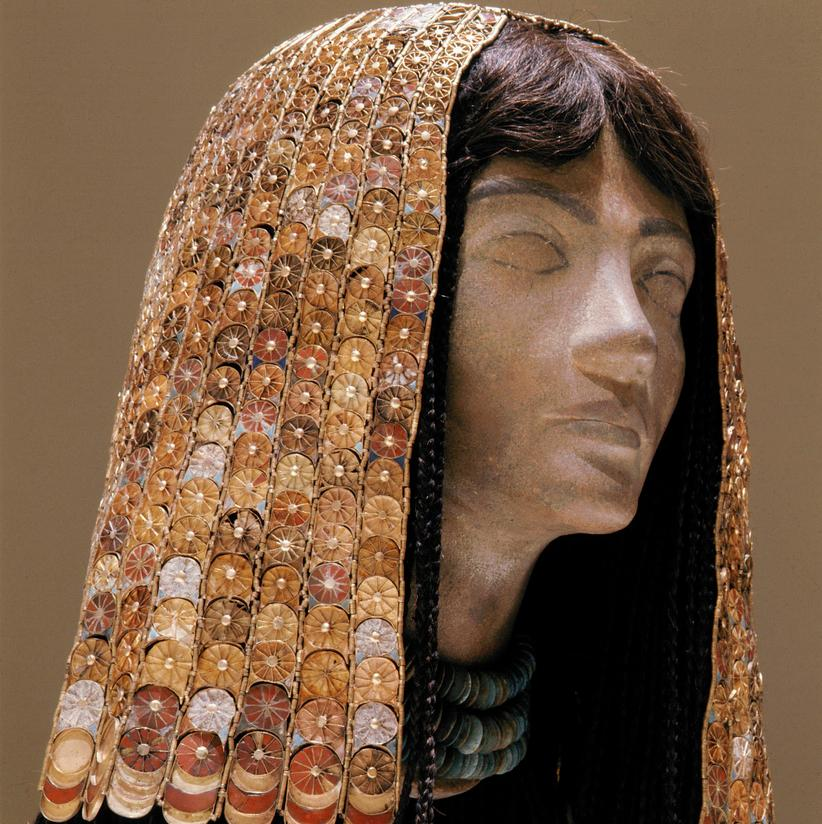 Statue med hodeplagg fra Egypt, laget av gull og glass. Foto.