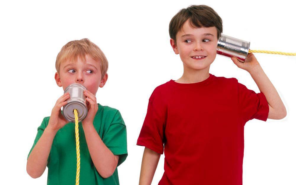 To barn som kommuniserer via hermetikkbokser