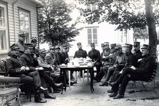 Bildet viser flere offiserer rundt et bord under første verdenskrig i Kristiansand dokumentert av Einar Keim.