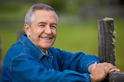 Bildet viser en eldre mann