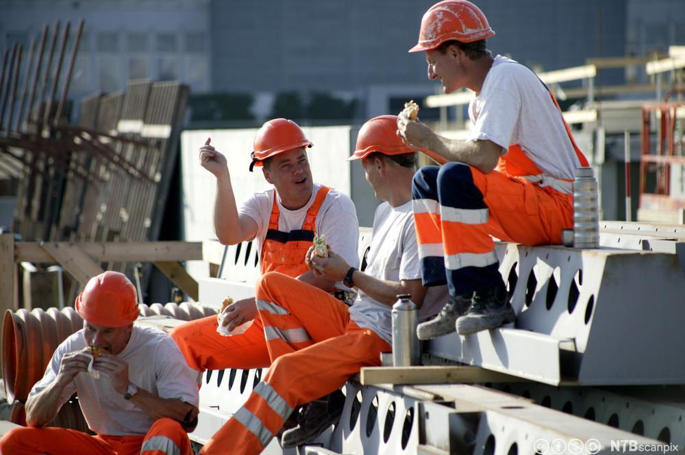 Byggningsarbeidere har matpause. Foto.
