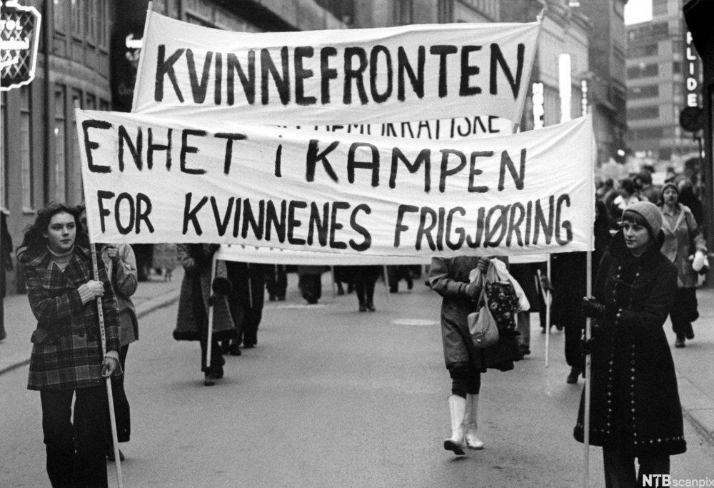 Kvinner går i 8. marstog 1973