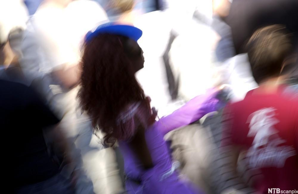 Transvestitt med blå hatt. Sommerparade 2002, Oslo. Foto.