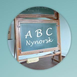Ei tavle som viser logoen til eit nynorskkurs. Foto.