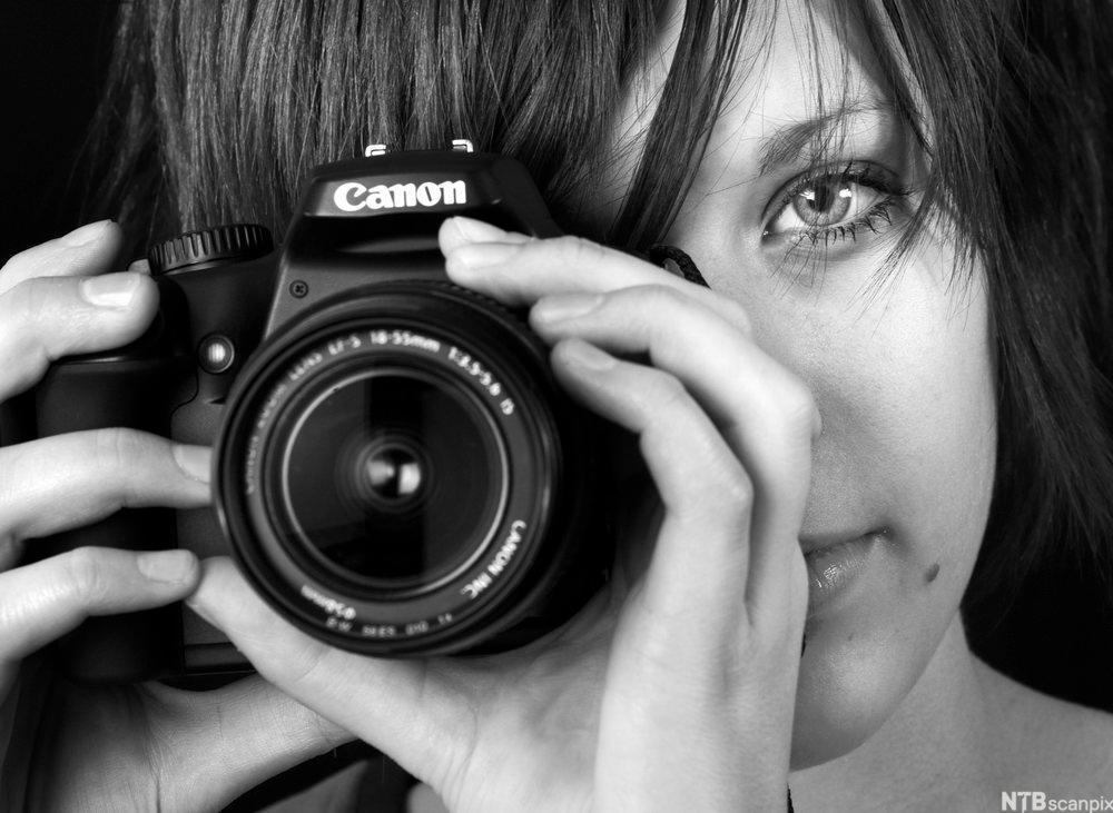 Jente som fotograferer