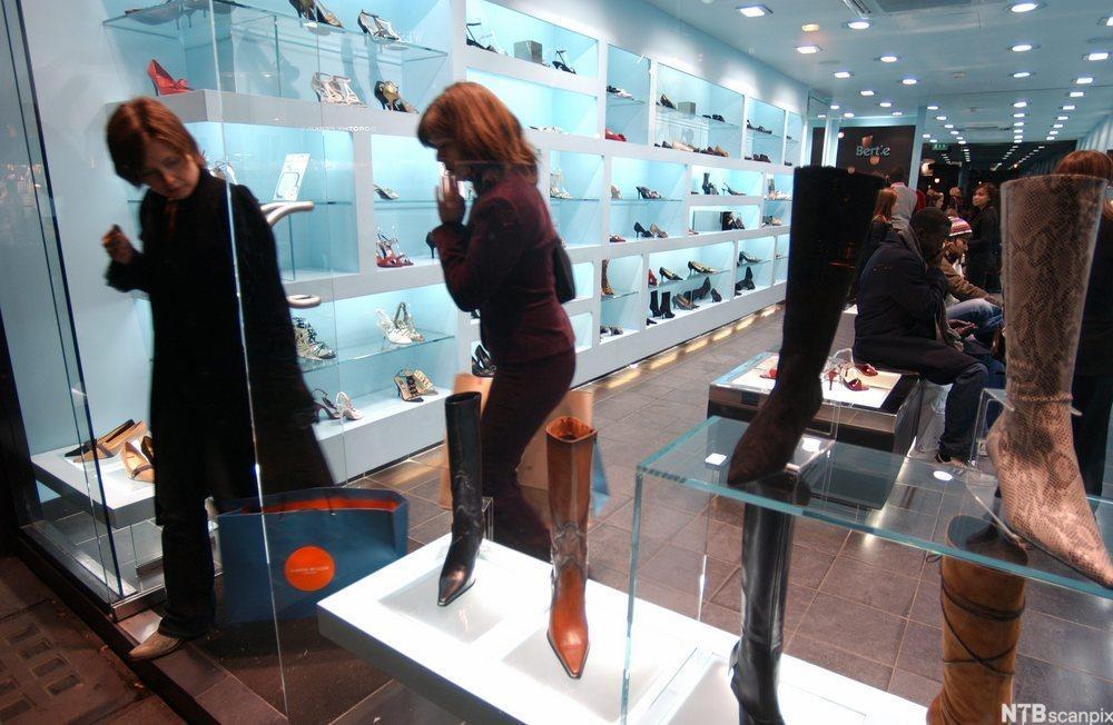 Kvinner i skobutikk. Foto.