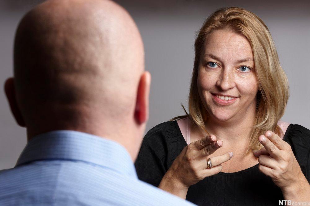 Kvinnelig tegnspråktolk. Foto.