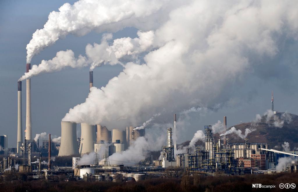 Fabrikkpiper med mye røyk. Foto.