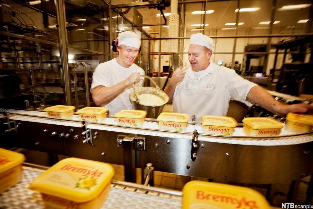Produksjon av Bremykt på ein fabrikk. Foto.