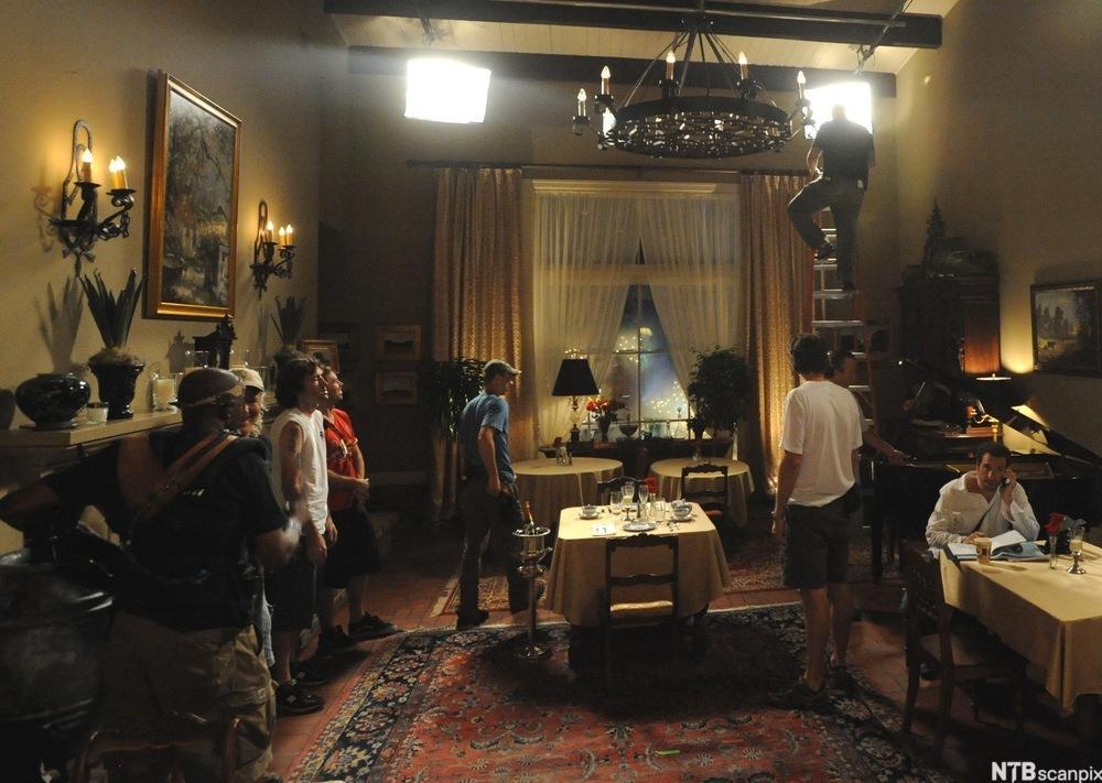 Mennesker på filmopptak i ei stue. Foto.
