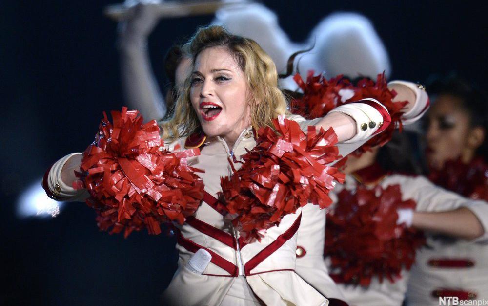 Artisten Madonna utkledd i cheerleaderkostyme. Foto.