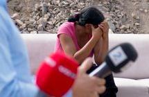 Bilde av kvinne som holder hender foran ansiktet. Foto.