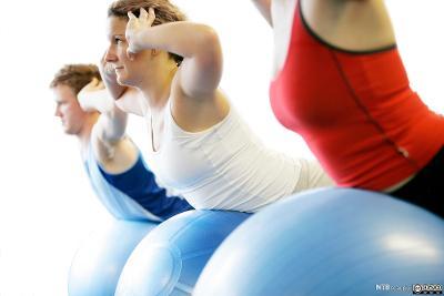 Trening med fitnessball. Foto.