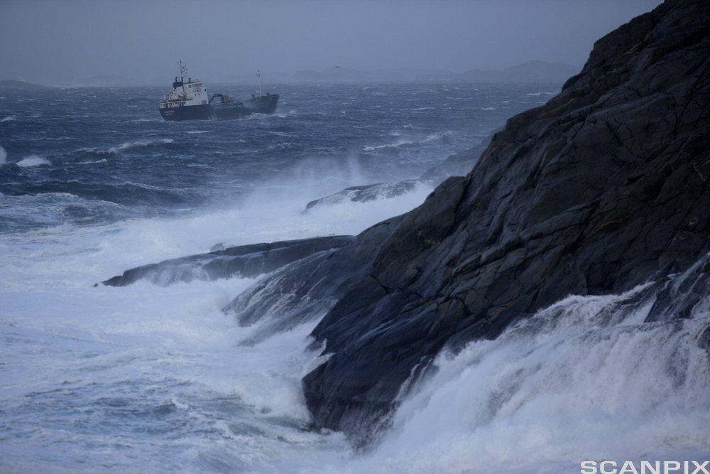 Båt i stormfult hav. Foto.