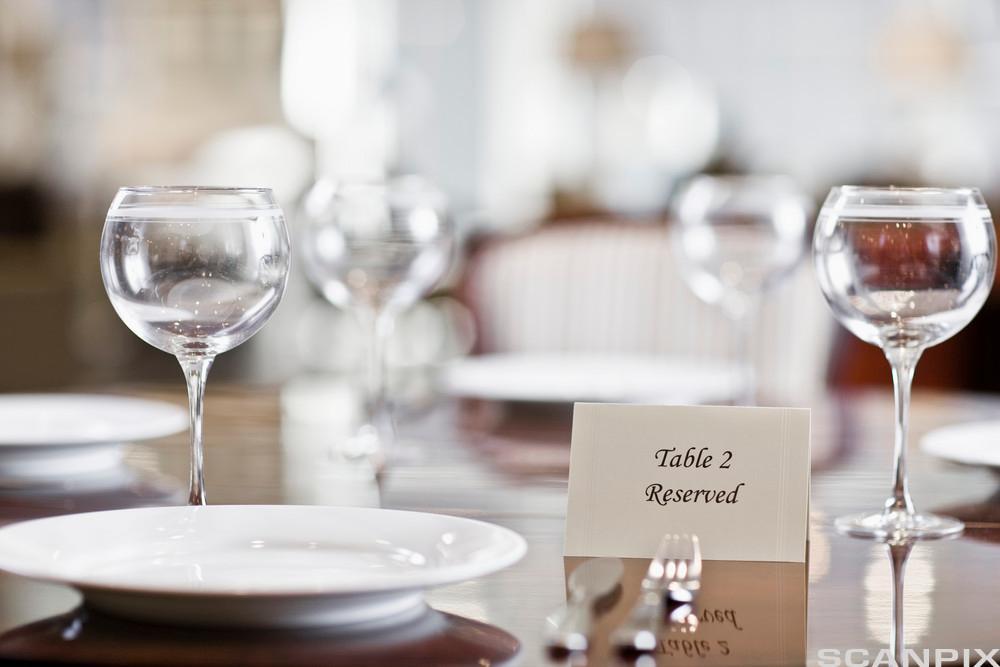 Reservert bord på restaurant. Foto.