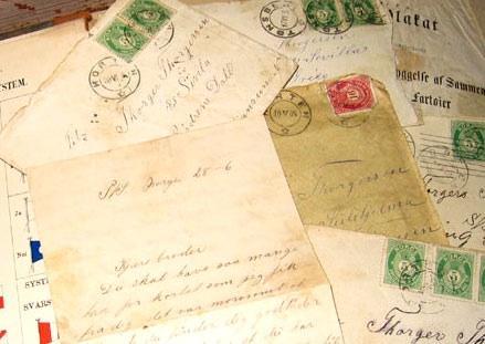 Bunke med gamle brev. Foto.