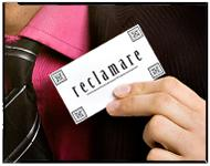 """Mann som holder opp et kort med ordet """"reclamare"""". Foto."""